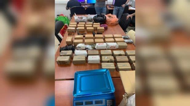 הנשק והסמים שנתפסו בקרית אתא   צילום: דוברות המשטרה