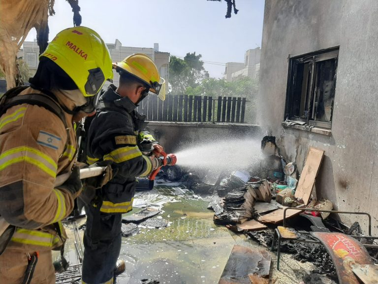 שריפה בבניין בחדרה | צילום: דוברות כב