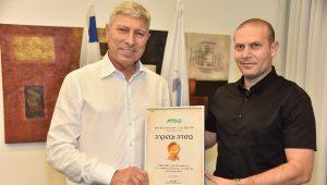 רונן נודלמן מעניק לראש עירית קרית אתא, יעקב פרץ, תעודת הוקרה | צילום: דוברות כללית