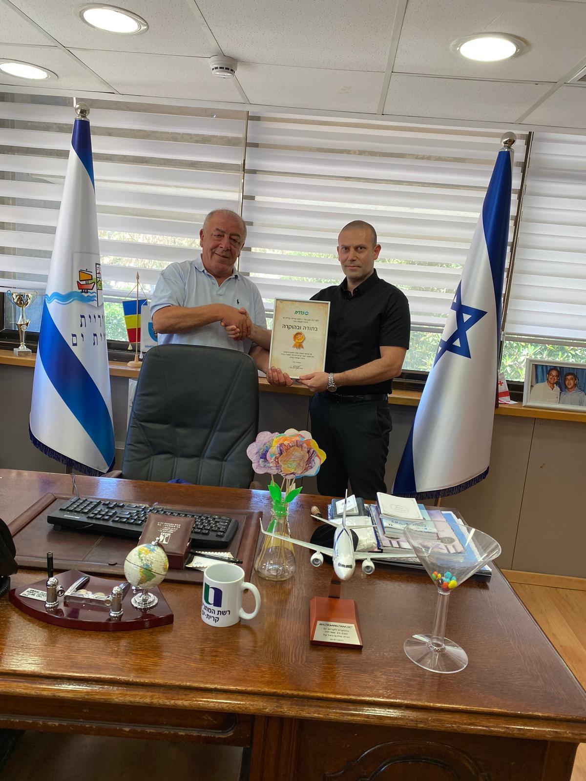 רונן נודלמן מעניק תעודת הוקרה לראש עירית קרית ים, דוד אבן צור | צילום: דוברות כללית