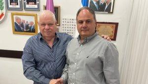 ניצב בדימוס בן ציון סאו עם ראש העיר רונן פולט | צילום: באדיבות דוברות המועדון