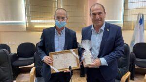 ראש העיר פומרנץ מעניק שי ותעודה לשר פורר | צילום: דוברות העירייה