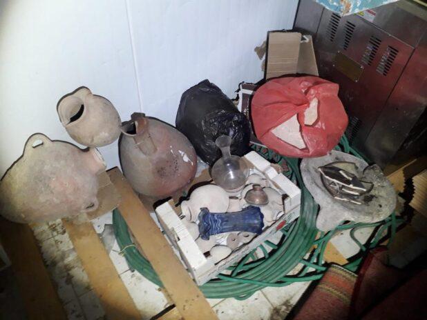 עשרות כדים וכלי חרס לא חוקיים נתפסו | צילום: דוברות המשטרה