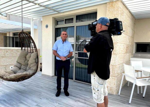 גדעון לב-ארי צלם חדשות 13 מצלם את חיים סתתיהו מנכל כפר הנופש עין גב לכתבה על חופשה בארץ בחגי תשרי (צילום באדיבות המצולם)