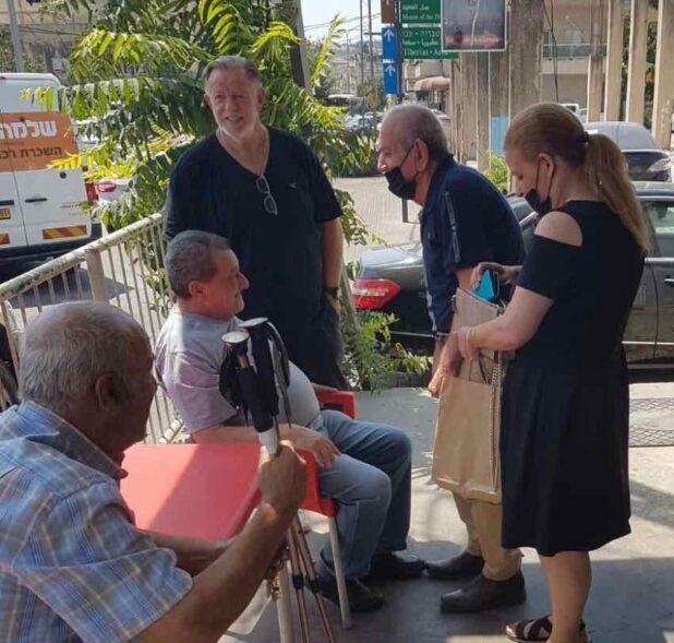 דוד לוי והאישה רותי מקבלים את הכבוד המגיע להם (צילום באדיבות המועדון)