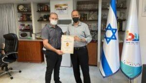 רונן נודלמן מעניק תעודה לראש עירית עכו שמעון לנקרי על השתפ במאבק נגד הקורונה | צילום: דוברות כללית.