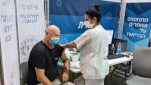הואידה ואנדריי במעמד החיסון   צילום: דוברות כללית